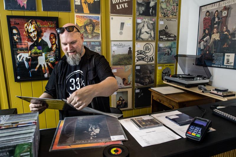 33 RPM on Pekka Hietalahden unelmien toteutuma. Hänestä levykauppa on ennen kaikkea paikka, jossa tavata samanhenkisiä ihmisiä musiikin merkeissä.