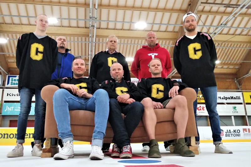 Ison C:n miehiä seisomassa vasemmalta Cevin Mattila, Jukka Kotanen, Aimo Helala, Tomi Joki ja Joonas Pääjärvi. Sohvalla Ville Partanen, Kenneth Björklund ja Niko Mattila.