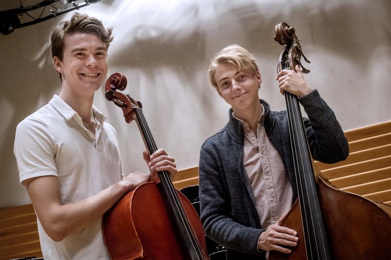 Kokkolan SyysKamarin taiteellisina johtajina toimivat kokkolalaislähtöiset muusikot Antto Tunkkari (vas.) sekä Pauli Pappinen.
