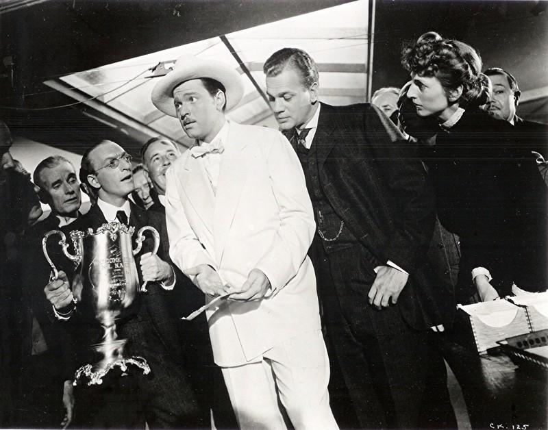Ohjaaja Orson Welles (nimiosassa valkoisissa) oli 25-vuotias, kun hänen ensielokuvansa Kansalainen Kanen filmaukset alkoivat.
