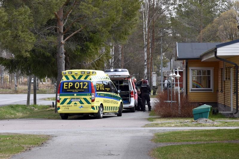 Helatorstaina Kannuksessa poliisi suoritti useita etsintöjä Kokkolan ampumatapaukseen liittyen.