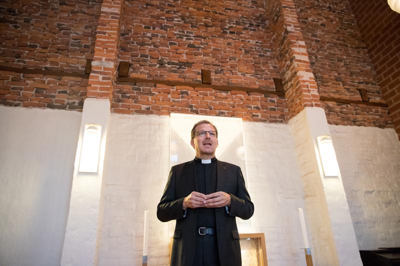 Piispa Jukka Keskitalo vihkii sunnuntaina Oulun tuomiokirkossa yhdeksän uutta pappia.
