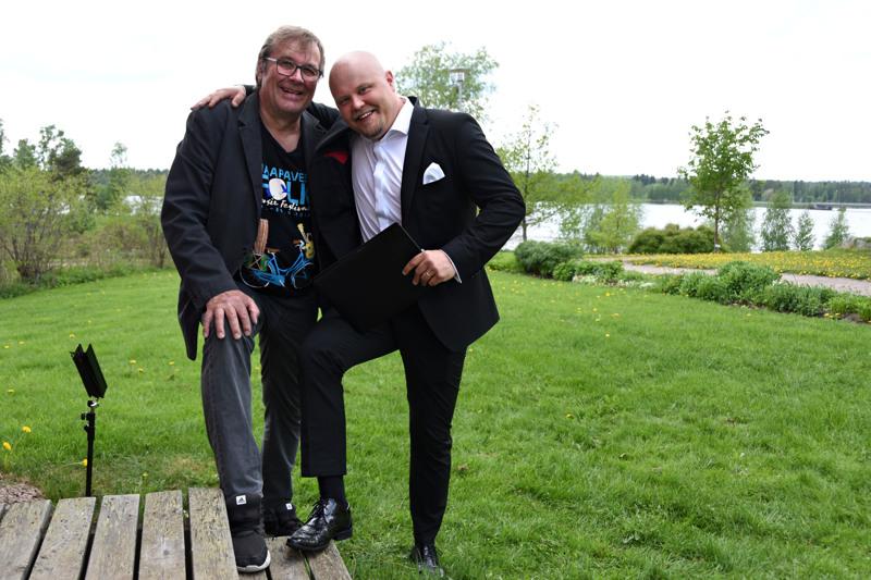 Timo Hannula ja Johannes Vatjus tekivät yllätyskeikan ystävien näyttelyn avajaisiin.