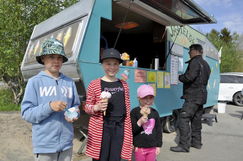 Nam! Jasu Pernu valitsi Unicornin, Sanni Suomu metsämansikan ja Saana Suomu suklaan makuisen jäätelön Himangan jäätelökioskilla.