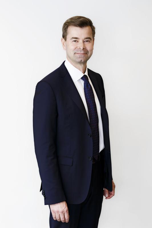 Valtiokonttorin rahoitustoimialan johtaja Teppo Koivisto pitää työntekijöineen huolen, ettei Suomelta lopu käteinen kesken.