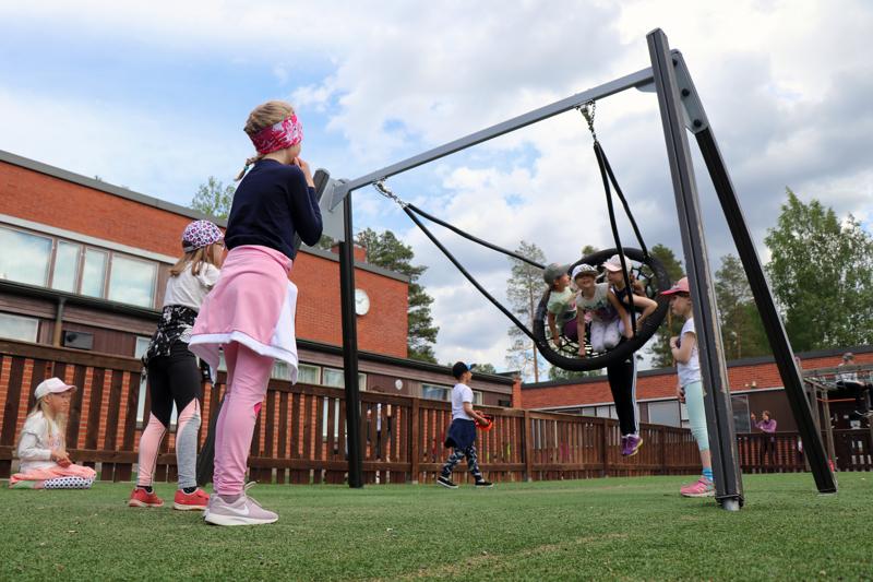 Vetelin koulukeskuksen leikkikentällä riitti maanantaina vauhtia, kun lasten päiväleiri pyörähti käyntiin.