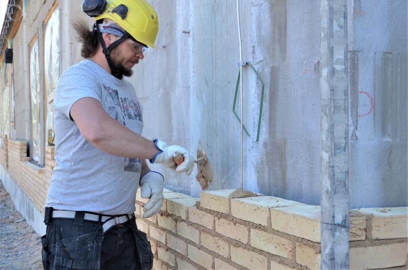 Muurari Petri Naukkarinen tykkää muurata käsinlyötyä tiiltä, vaikka tiilet ovat huomattavankin erimittaisia.
