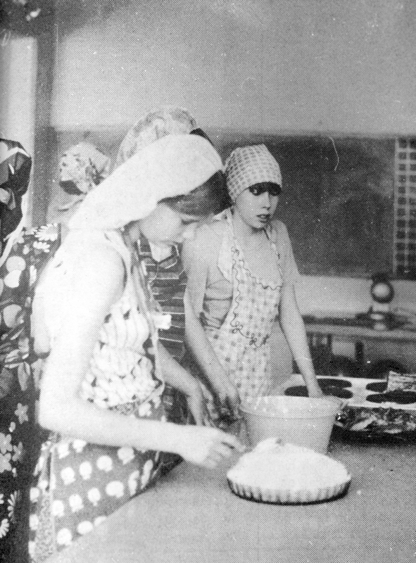 Tytöt viimeistelemässä jälkiruokaa, ja sen jälkeen päästiin maistelemaan omatekoisia ruokia.
