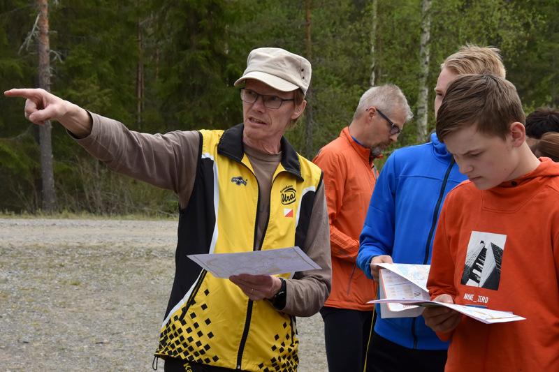 Tiheää vai harvennettua metsää? Sauli Konttila näyttää, miltä karttaan merkitty maasto näyttää livenä. Lassi ja Samuli Korpijärvi kuuntelevat.