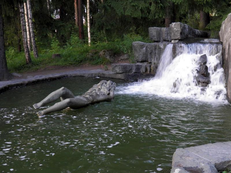 Taisto Martiskaisen veistos Imatran Impi Vuoksi-joen varrella Kruununpuistossa.