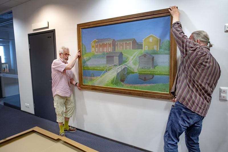 Esa Riippa ja Esko Keski-Vähälä hakivat Veikko Vionojan maalauksen näyttelyyn Keskipohjanmaa-lehden toimituksesta.