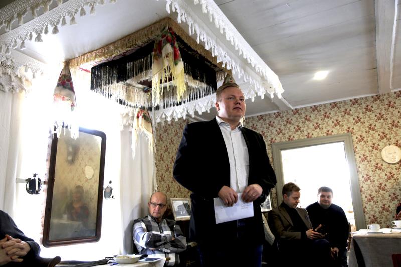 Kansanedustaja Antti Kurvisen onnittelut Evijärven ylioppilaille menivät perille koulun virallisissa kuorissa. Kurvinen kävi maaliskuussa Keski-Pohjanmaalla Kaustisen Kraatarissa.