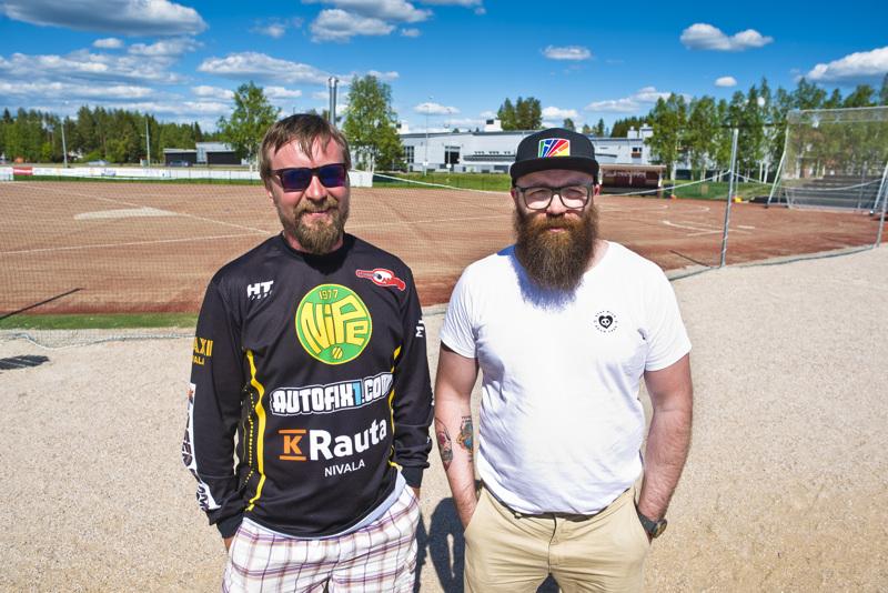 Heikki Kumpula (vas.) ja Mika Honkalammi ovat iloisia, että pesäpallokausi päästiin aloittamaan, vaikkakin hieman totuttua myöhässä.