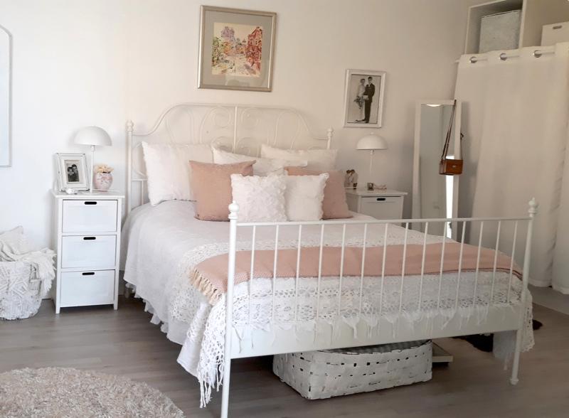 Makuuhuoneessa jatkuu sama vaalea värimaailma. Sänky on Ikeasta.