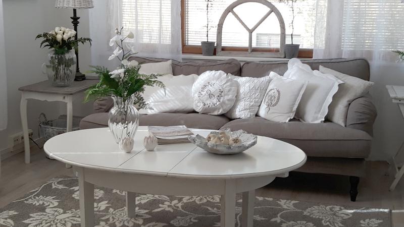 Olohuoneen pöytä on ostettu kirpputorilta. Alunperin se oli ruokapöytä, mutta Paalaset katkaisivat sen jalat lyhyemmäksi. Pöytä on yksi harvoista huonekaluista, joka on kulkenut Kokkolan kotiin entisestä kodista.