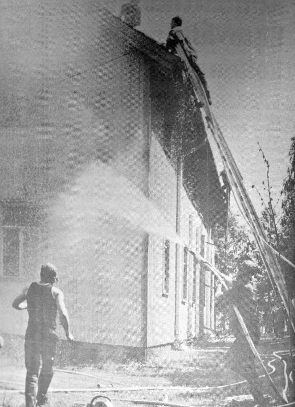 Kiireen pitäminenkään ei auttanut. Kattoa purkaneet palomiehet olivat hetkeä myöhemmin vaarassa jäädä liekkien kynsiin.