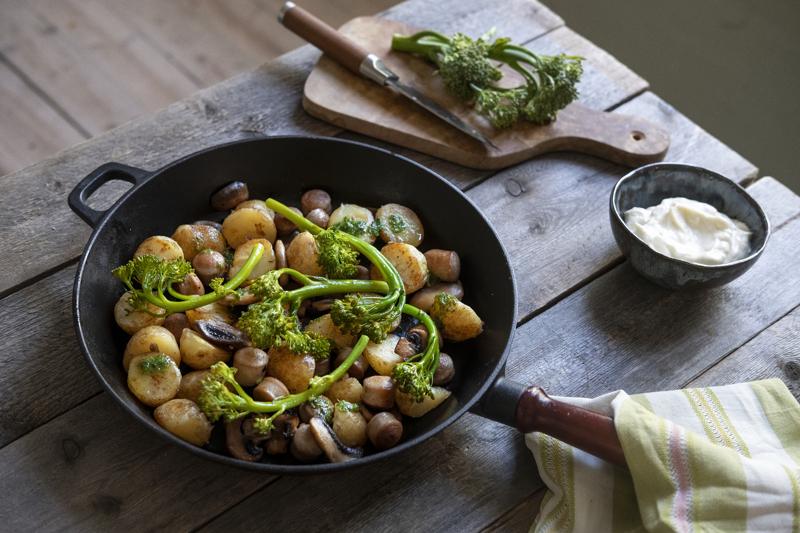 Astetta fiinimpi pyttipannu valmistuu varhaisperunoista, bratwurstista ja broccolinista.