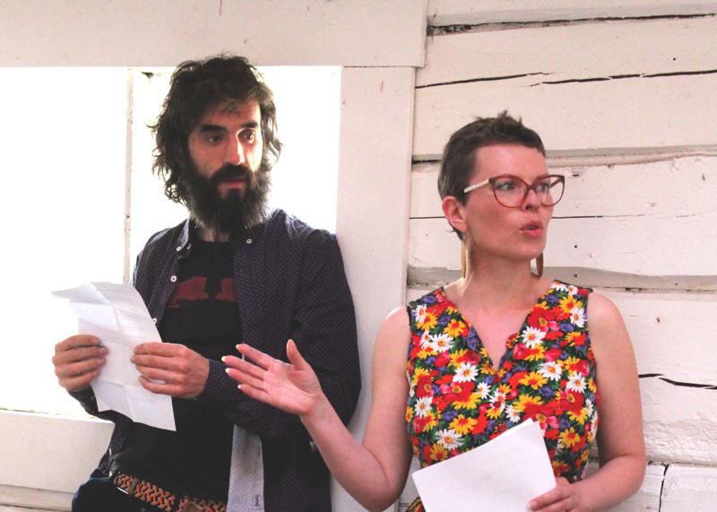 Taidenäyttelyn kuraattorit Misha del Val ja Raisa Raekallio.