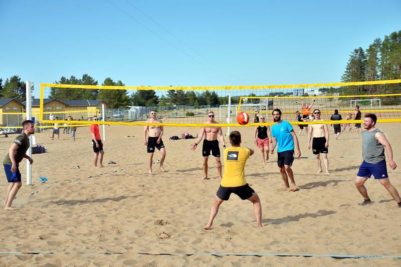 Beach-kauden avajaisissa pelattiin rantalentopalloa sekajoukkuein.
