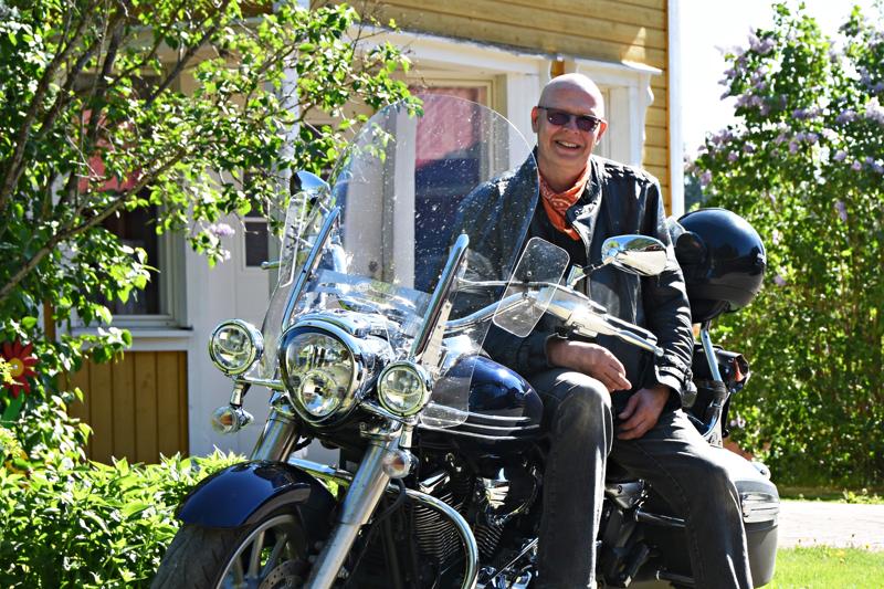 Menopeli miestä myöten. Heikki Halmetojan tämänhetkinen ajokki on merkiltään Yamaha Midnight Star. Taustalla kukkii täydet 60 vuotta täyttävän syntymäpäiväsankarin synnyinkodin pihapiiri.