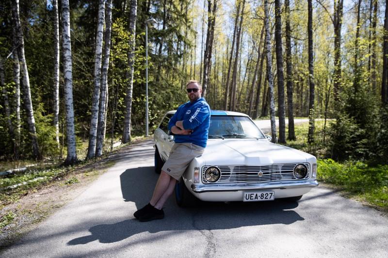 Ford Taunus on Lauri Huttuselle rakas, mutta jatkossa hän haaveilee oikeasta amerikkalaisesta muskeliautosta. Ääni on voimaa, ja se kuuluu erityisesti 1950-luvun autoihin.