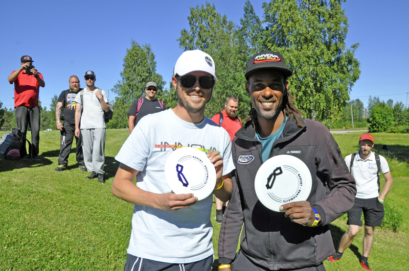 Frisbeegolfin ammattilaiset Philo Brathwaite (oikealla) ja Gregg Barsby pitivät Ylivieskassa rentohenkisen heittoklinikan.