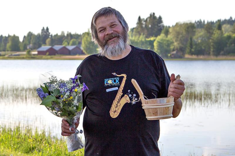 Tero Palo sai Pasitoopin yllätyksenä Folkin hallituksen kokouksessa Haapaveden Kylpyläsaaressa. Palolla on päällään välivuoden Folk-paita.