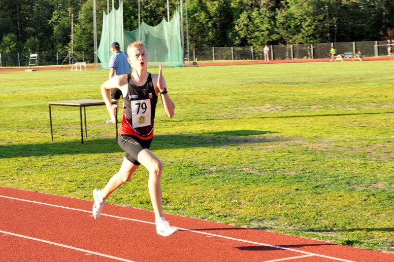 Kasper Björkbacka kiri 2000 metrin voittoon ennätysajallaan Kirkonmäen urheilukentällä.