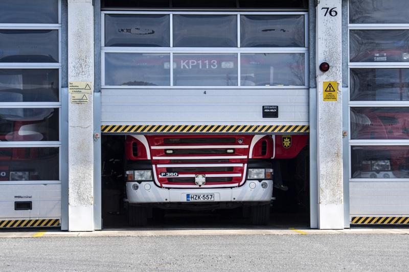 Sokojalla hakakasassa syttynyttä tulipaloa on sammuttamassa yksi sammutusyksikkö ja yksi säiliöyksikkö Keski-Pohjanmaan palolaitokselta.