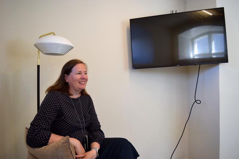 Åsa BJörkman odottelee vielä viimeisiä kalusteita uusiin toimitiloihinsa.