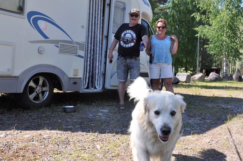 Elmo-koira ei pidä kovinkaan paljon automatkailusta. Lyhyille kotimaan matkoille Ann-Christin Hatt ja Thomas Melarti kuitenkin ottavat sen mukaan.