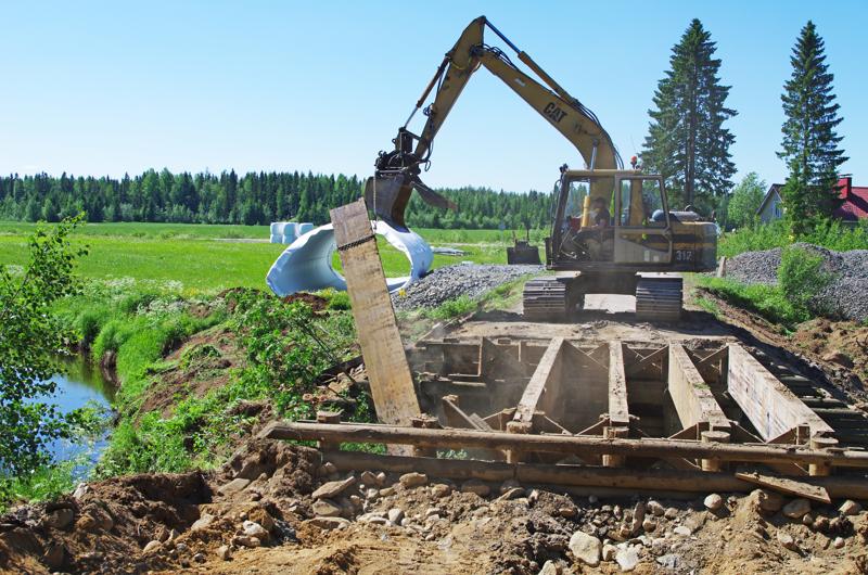 Ruuskanpääntien vanha silta purettiin muutamassa tunnissa. Kaikki puutavara on tarkoitus kierrättää. Uusi siltaputki odottaa asennustaan pellolla muoveihin käärittynä.