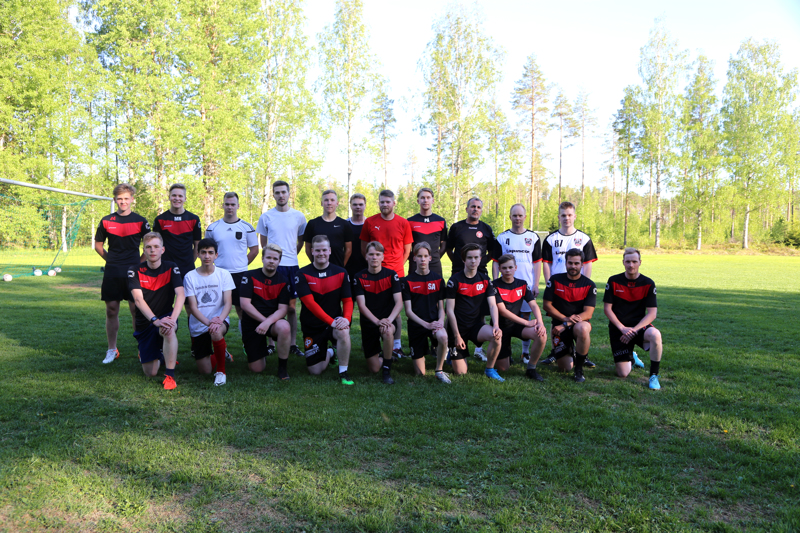 VetU:n jalkapallojoukkue yhteiskuvassa kauden alussa.