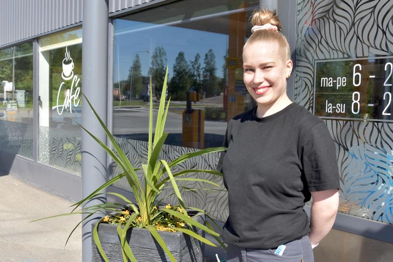 Freshimpi ilme. Uutena liikennemyymäläpäälllikkönä Café Kannuksessa aloitti kesäkuun alussa Lotta Korkiakangas.