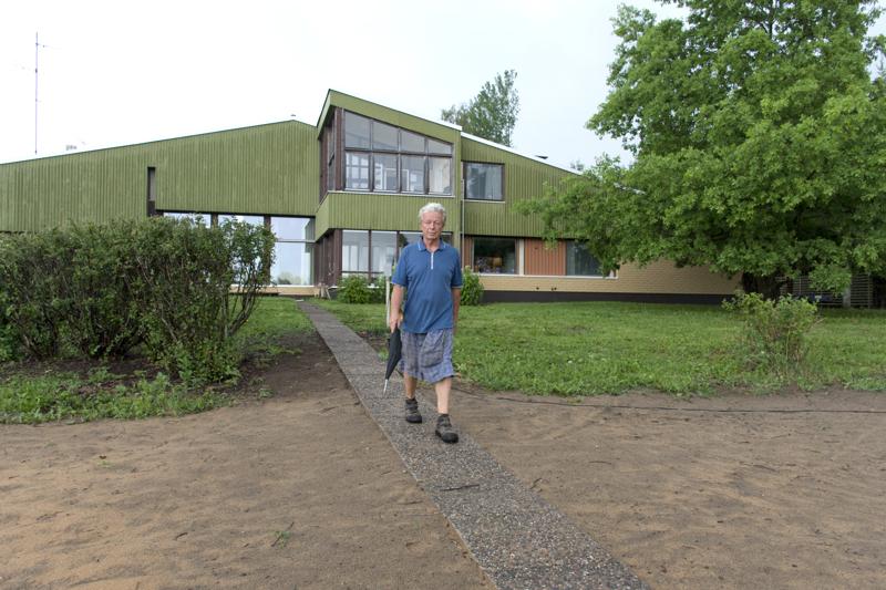 Timo  ei ole vielä päättänyt minkä väriseksi tulee maalaamaan talon vihreät osat. Vaaleanvihreän kivijalan hän on jo muuttanut tummaksi.