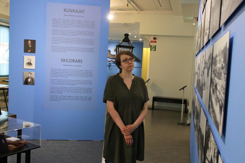 Museotyöntekijä Anna Katriina Puikko kertoo, että näyttelyn työstäminen on ollut antoisa ja tietorikas kokemus.