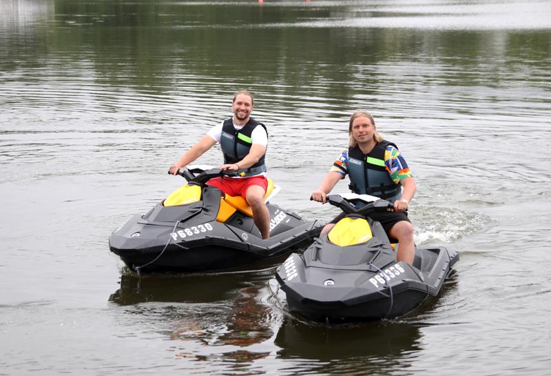 West coast adventuresin Miika Ojala ja Nicky Haldin kannustavat ihmisiä kokeilemaan rohkeasti vesijeteillä ajamista.