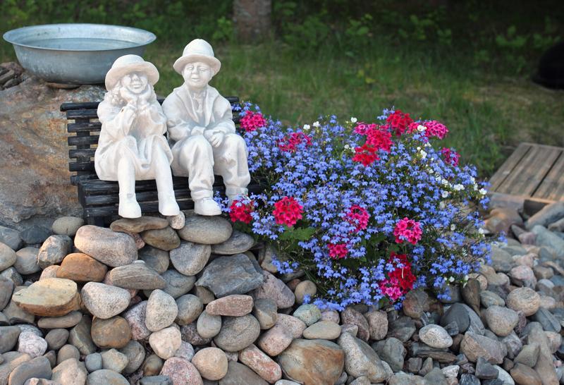 Lindellin puutarhan pieniä yksityiskohtia.