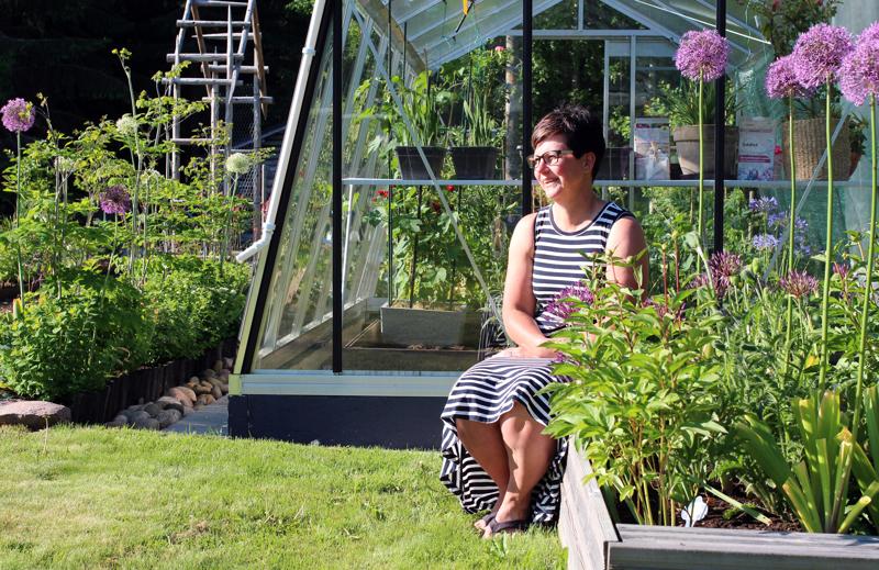 Satu Lindell istuskelee puutarhassa usein ja miettii seuraavaa siirtoaan. Takapihan rinteeseen on tarkoitus tehdä suuri istutusalue, mutta ajatusta pitää vielä kypsytellä.