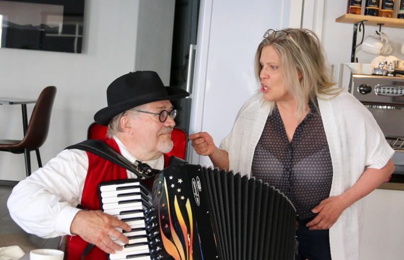 Alf Mylläri ja Sonja Biskop laulattavat striimin välityksellä.