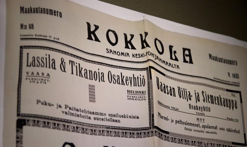 Näyttelystä löytyy myös vanhoja lehtiä ja mainoksia.