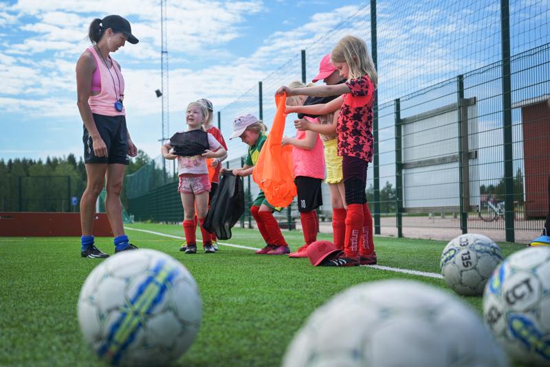 Perhefutiksen kehittäjä Virve Närhi valmentaa kesällä jalkapallouransa  aloittaneita, 2013 syntyneitä, tyttöjä. Harjoituksissa käydään läpi samoja asioita kuin Perhefutiksenkin parissa.