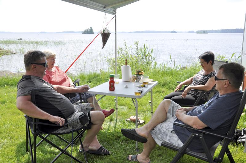 Juhannustunnelmissa. Kuvassa vasemmalla Kari ja Seija Räihä ja oikealla Merja ja Seppo Moilanen.
