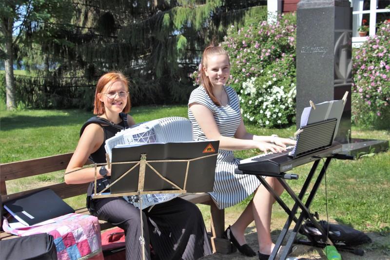 Anna Salomaa (vas.) ja Jenniina Salmela ovat hyvinvoinnin kulttuurilähettiläitä, jotka tuovat kesän aikana musiikin ihmisten keskuuteen.
