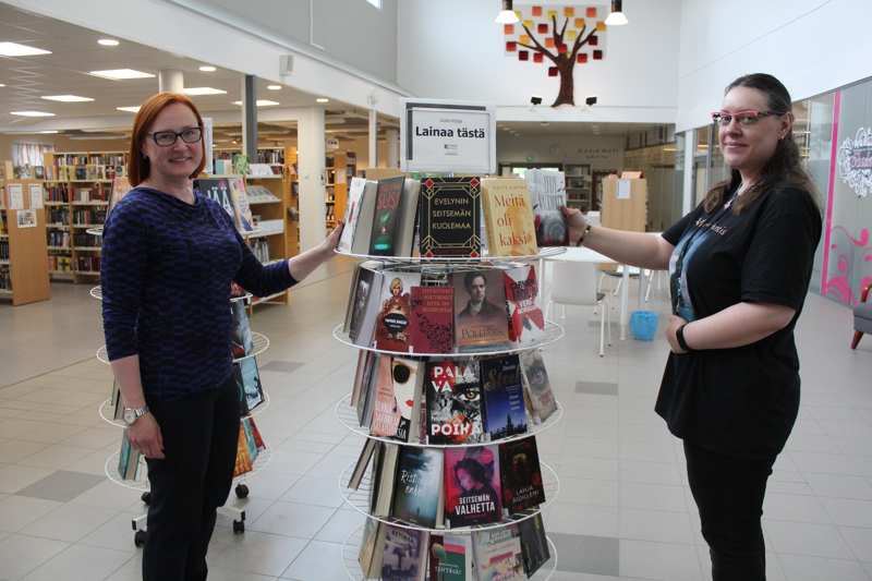 Kärsämäen kirjaston väki on tyytyväinen laajentuneisiin, avariin kirjastotiloihin. Vasemmalla Kirsi Nahkanen, oikealla Sanna Upola.