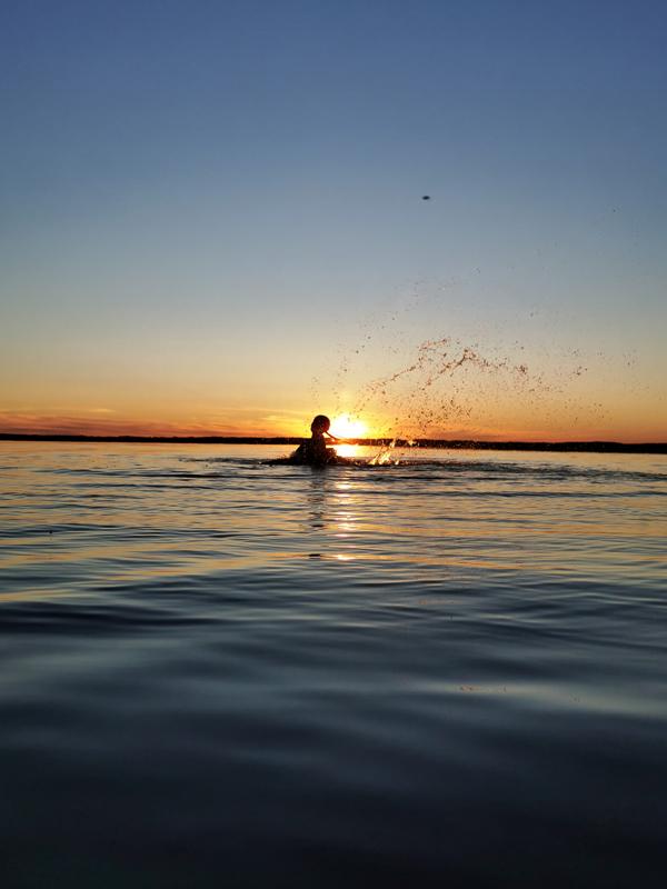 Juhannusyön uinnit Halsuanjärvessä.