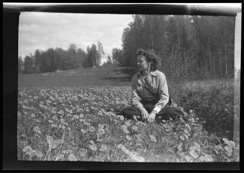 Ilona Hohental debytoi yksityisnäyttelyllä 1934.  Kaksi vuotta myöhemmin perhe suomensi nimensä Harimaksi. Kuvassa taiteilija keväällä 1939.