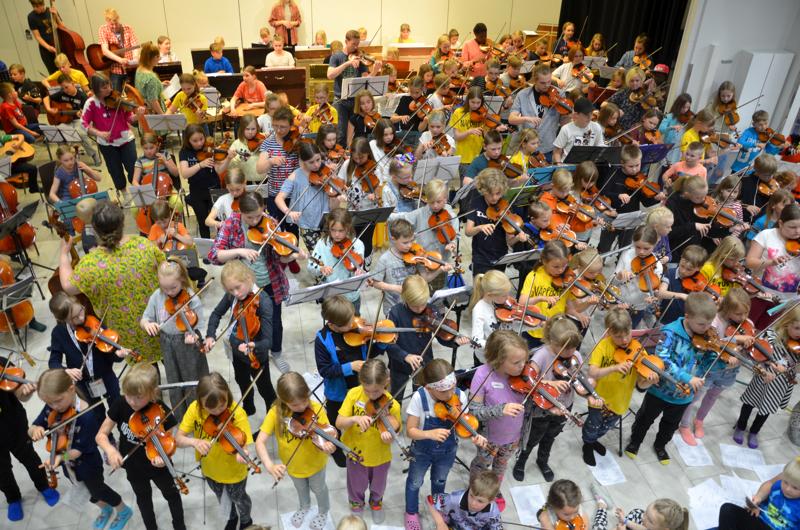 Kesällä 2019 näppärileiriläiset harjoittelivat konserttia varten Kansantaiteenkeskuksen salissa.