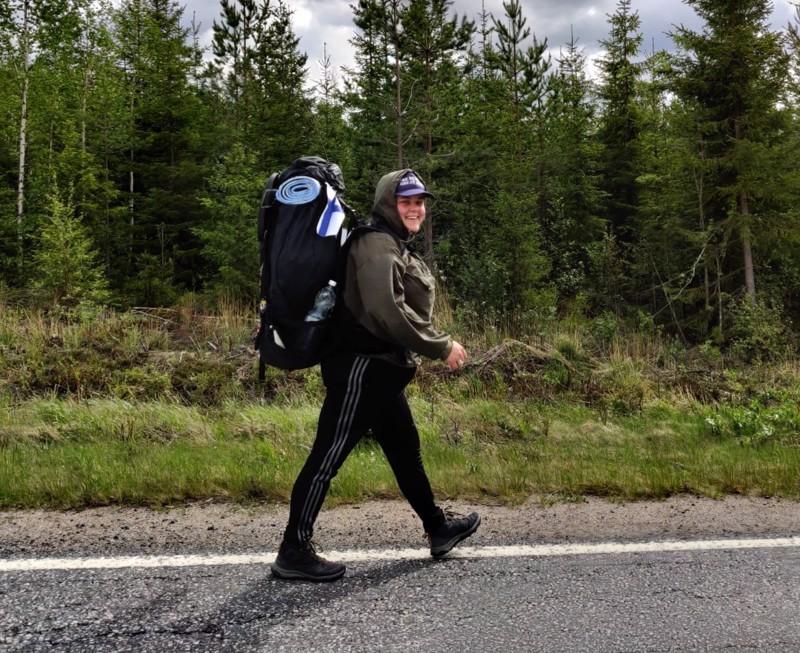 Jenni Hilliaho aloitti kesänsä kävelylenkillä kotoaan Reisjärveltä Helsingin Suutarilaan.