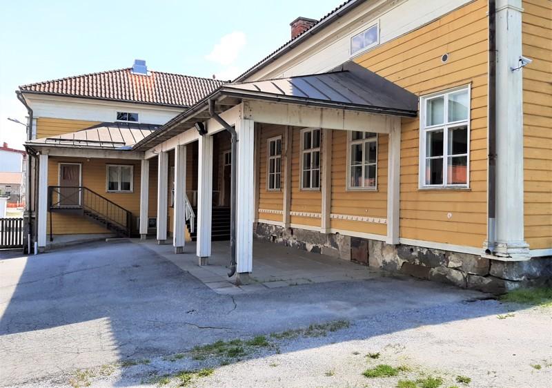 Keskustassa sijaitseva Nordmanin koulu on rakennettu jo vuonna 1840. Halukkaat voivat tehdä siitä tarjouksia elokuun alkupuolelle asti.